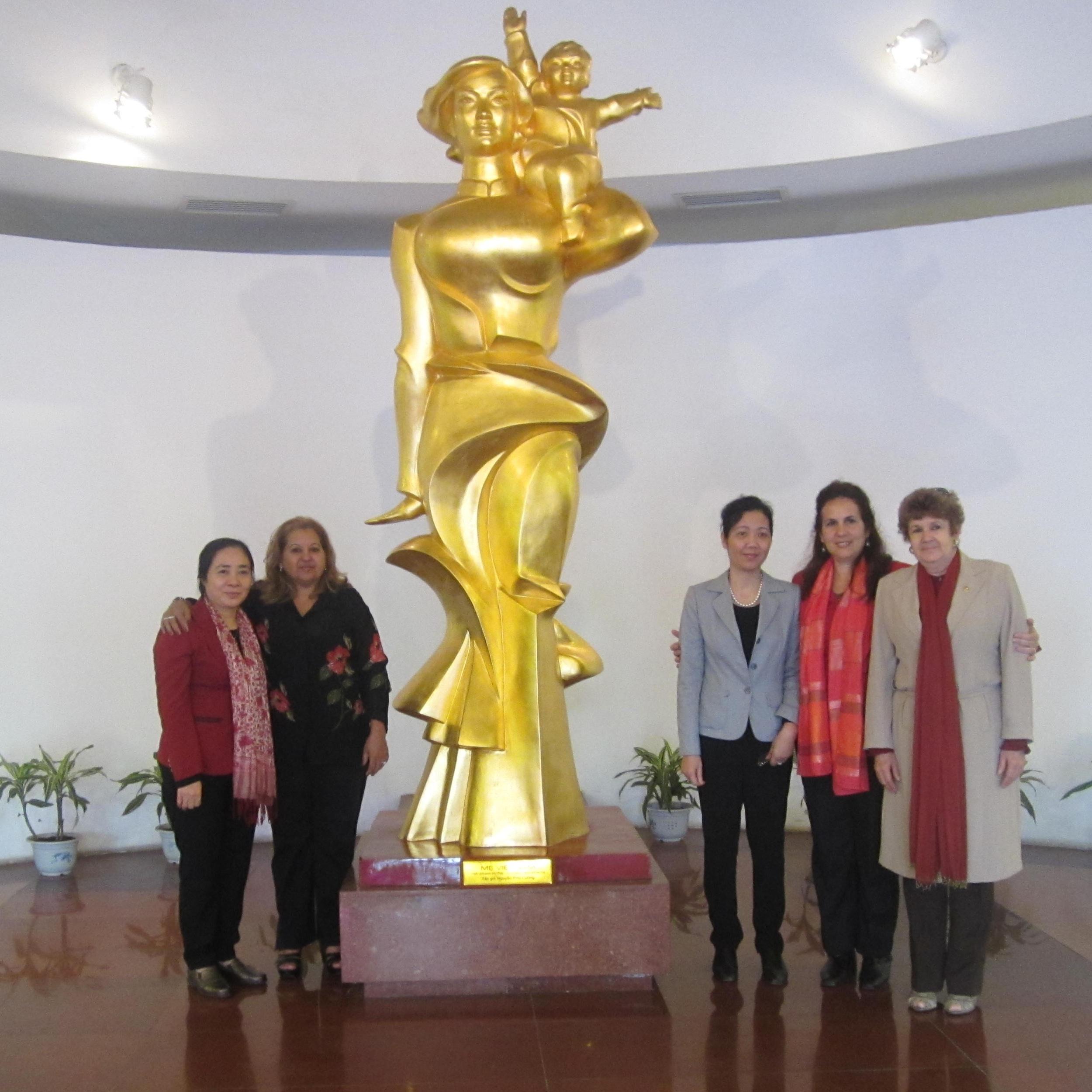 Đoàn đại biểu Hội Liên hiệp Phụ nữ Cuba thăm Bảo tàng Phụ nữ Việt Nam