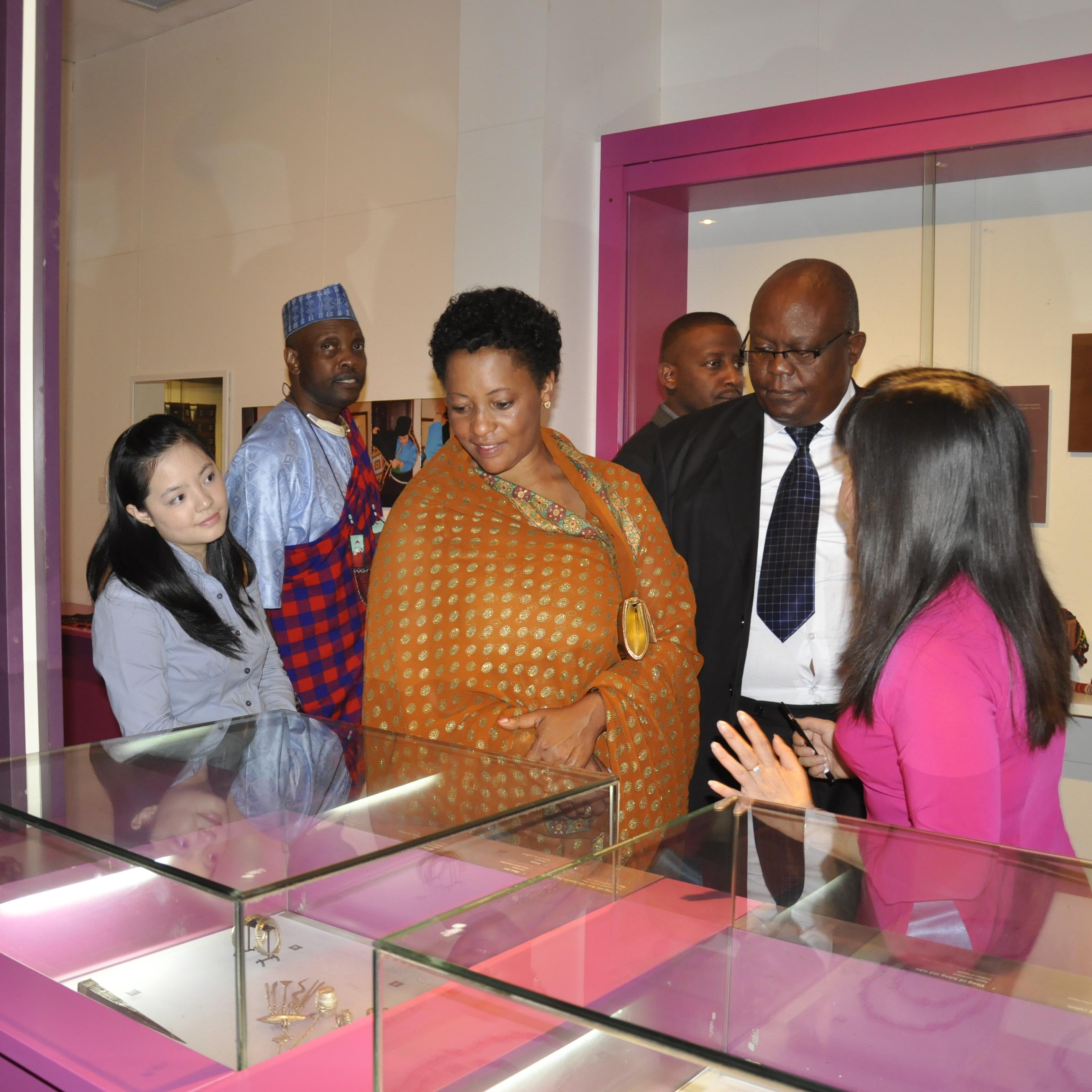 Thủ tướng Vương quốc Toro thăm Bảo tàng Phụ nữ Việt Nam