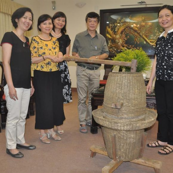 The rice mill of people in Le Thuy, Quang Binh Province presented to the Vietnamese Women's Museum