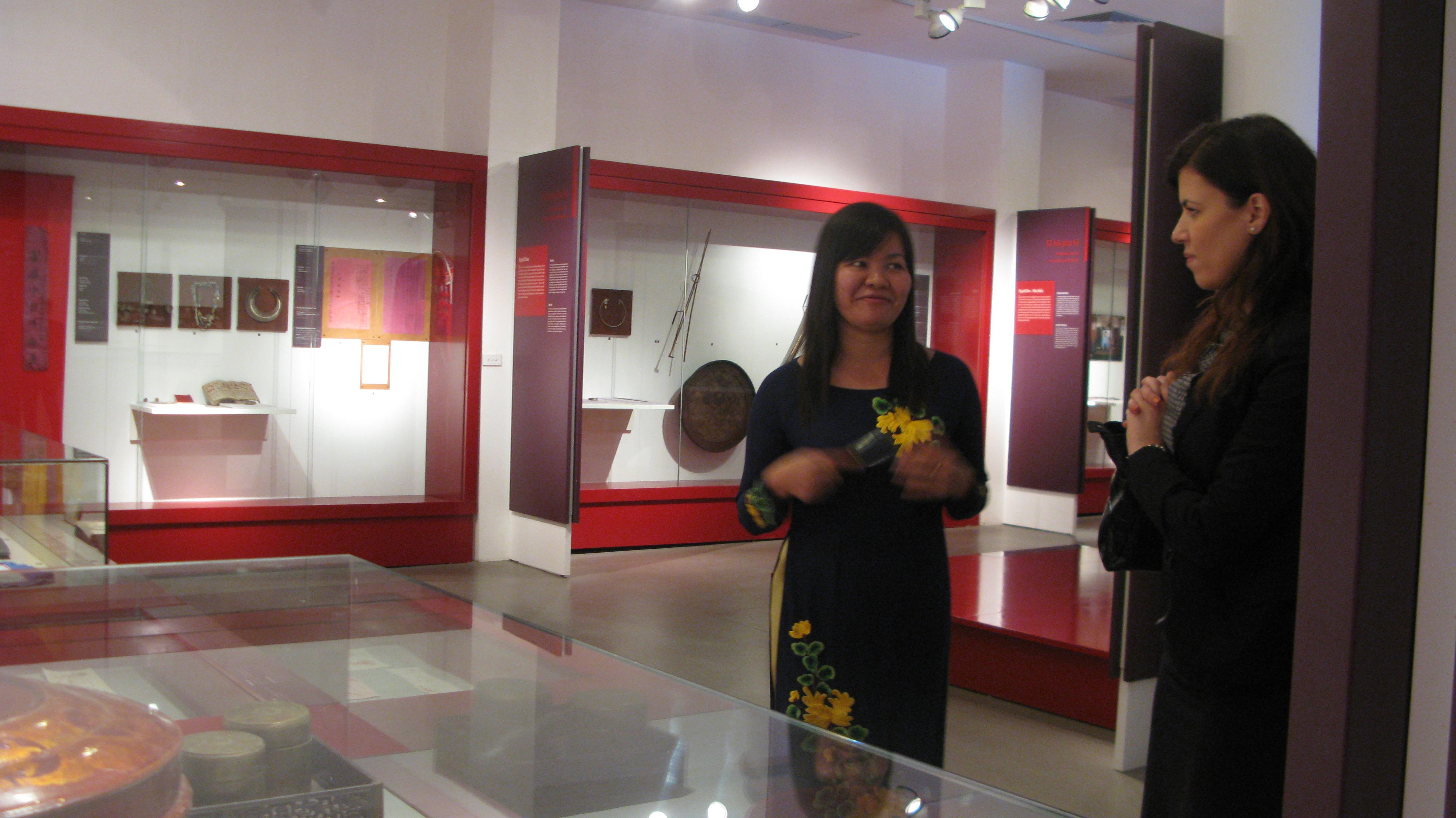 Phu nhân tổng thống Singapore thăm Bảo tàng Phụ nữ Việt Nam