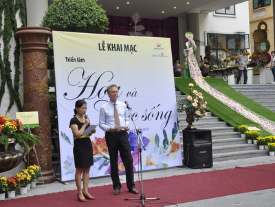 "General Director of Dalat Hasfarm giving an opening speech at the exhibition ""Flower and Life"""