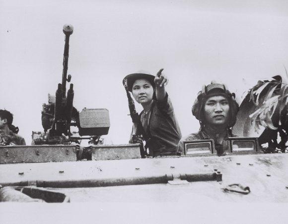 Hình ảnh người phụ nữ trong khoảnh khắc lịch sử 30/4/1975