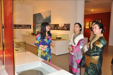 President of Lao Women's Union visits the Vietnamese Women's Museum