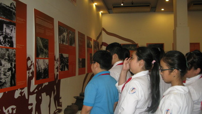 "Practical sessions on history at the Exhibition ""Dien Bien Memories"" by Trung Vuong School Children"