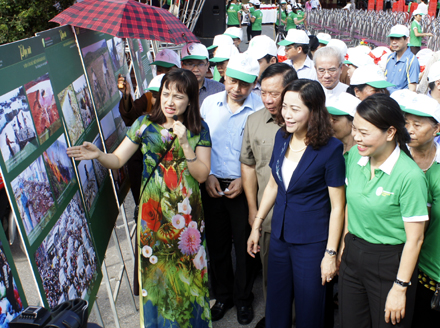 "The opening ceremony of the exhibition ""Vietnamese women protect environment and build a new-model rural countryside"""